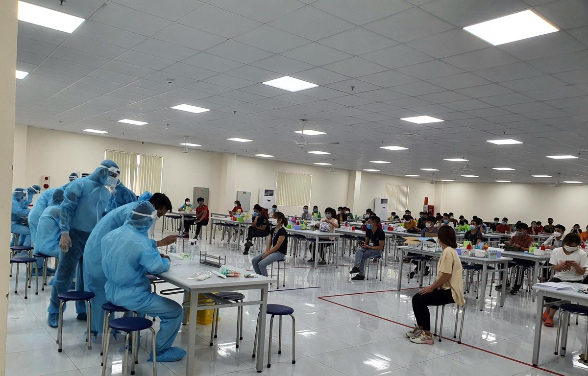 Lấy mẫu xét nghiệm cho công nhân Công ty Vina Solar ở Khu công nghiệp Vân Trung, huyện Việt Yên, tỉnh Bắc Giang. (Ảnh: TTXVN phát)
