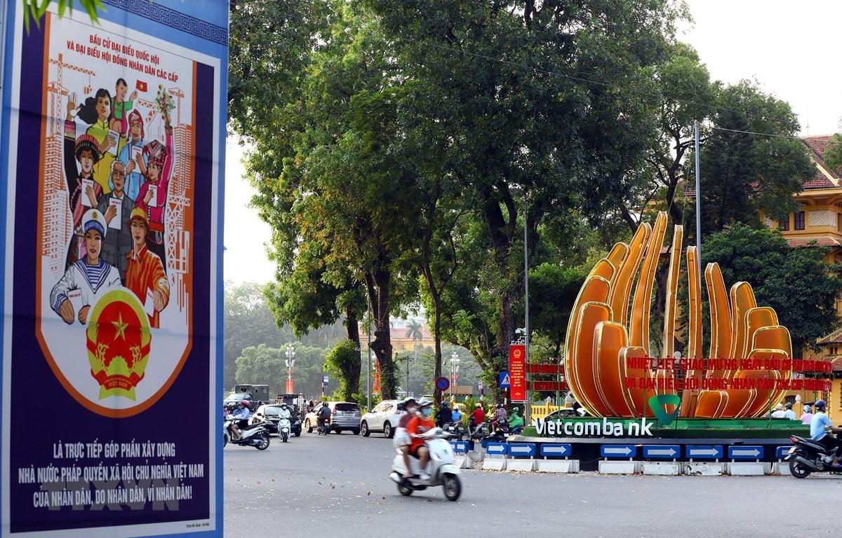 Cụm pano tuyên truyền cho ngày bầu cử trên đường Điện Biên Phủ. (Ảnh: Huy Hùng/TTXVN)