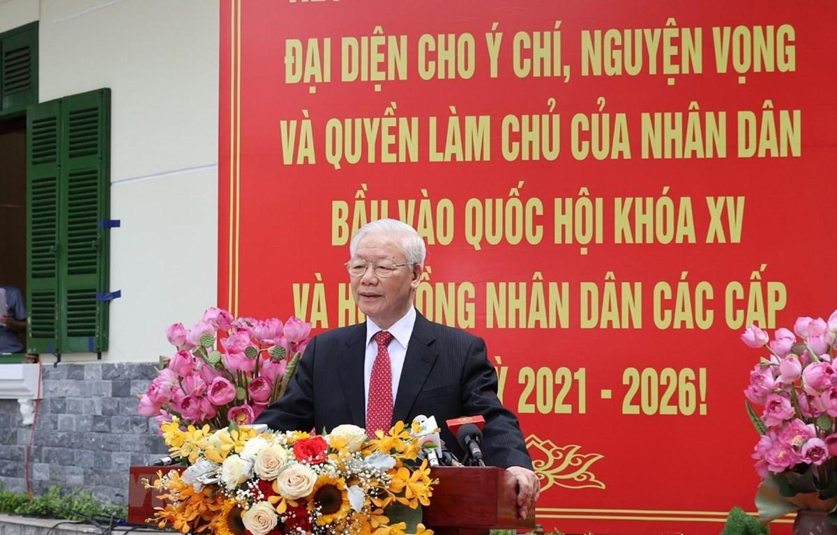 Tổng Bí thư Nguyễn Phú Trọng trả lời phỏng vấn báo chí tại Khu vực bỏ phiếu số 4, phường Nguyễn Du, quận Hai Bà Trưng. (Ảnh: Trí Dũng/TTXVN)