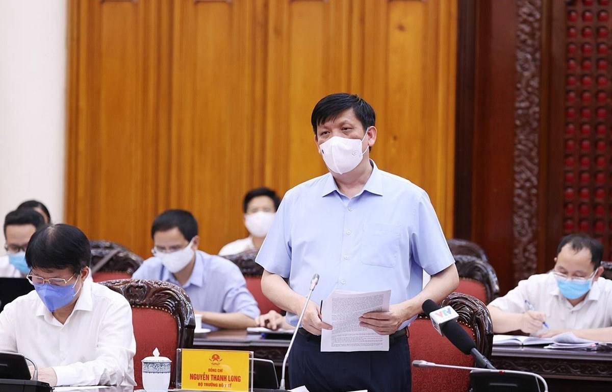 Bộ trưởng Bộ Y tế Nguyễn Thanh Long báo cáo tình hình và diễn biến dịch bệnh COVID-19. (Ảnh: Dương Giang/TTXVN)