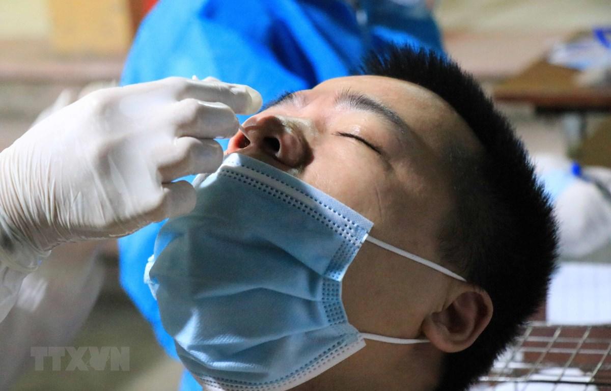 Lấy mẫu xét nghiệp cho người dân tại Bắc Ninh. (Ảnh: Thanh Thương/TTXVN)
