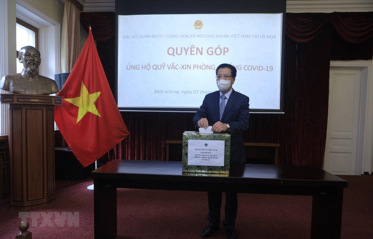 Đại sứ đặc mệnh toàn quyền Việt Nam tại LB Nga Đặng Minh Khôi quyên góp ủng hộ Quỹ vaccine phòng COVID-19. (Ảnh: Trần Hiếu/TTXVN)
