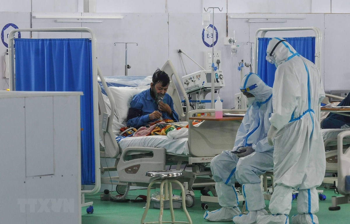 Nhân viên y tế điều trị cho bệnh nhân COVID-19 tại New Delhi, Ấn Độ. (Ảnh: THX/TTXVN)