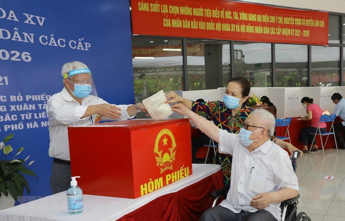 Cử tri phường Xuân Tảo, quận Bắc Từ Liêm, Hà Nội bỏ phiếu tại Khu vực bỏ phiếu số 7. (Ảnh: Nguyễn Điệp/TTXVN)