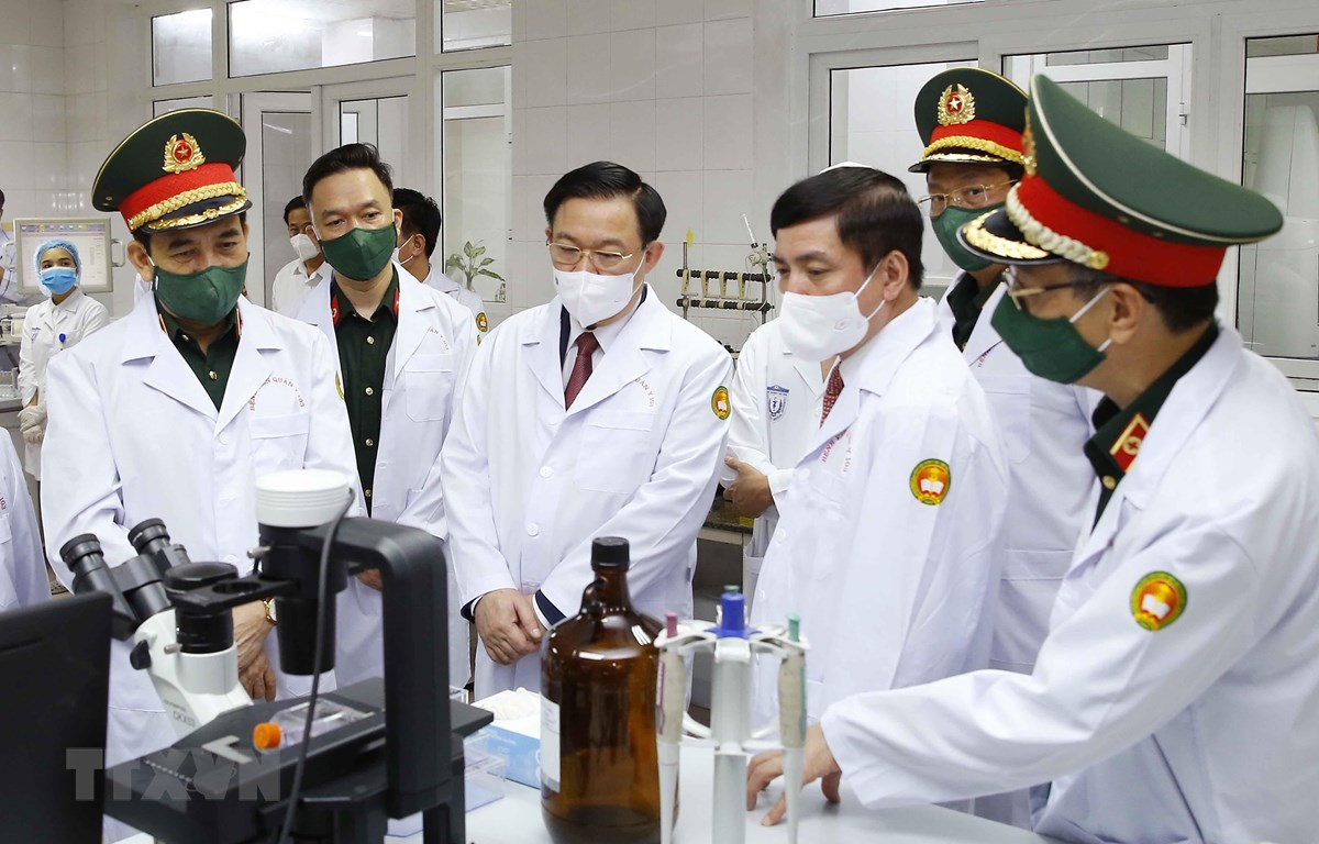 Chủ tịch Quốc hội Vương Đình Huệ thăm, động viên các lực lượng đang thực hiện nhiệm vụ tại Phòng nghiên cứu (Viện Nghiên cứu Y dược học Quân sự, Học viện Quân y). (Ảnh: Doãn Tấn/TTXVN)