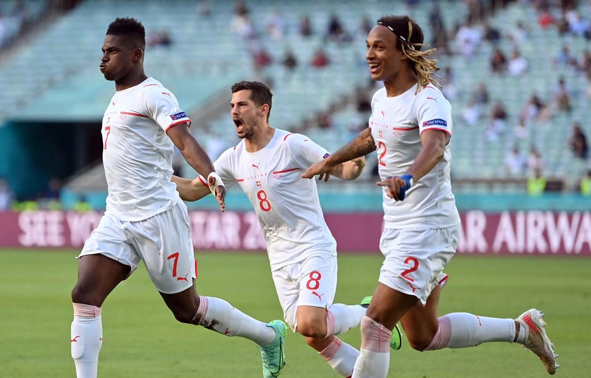 Niềm vui của cầu thủ Thụy Sĩ sau bàn mở tỷ số của Embolo. (Nguồn: UEFA)