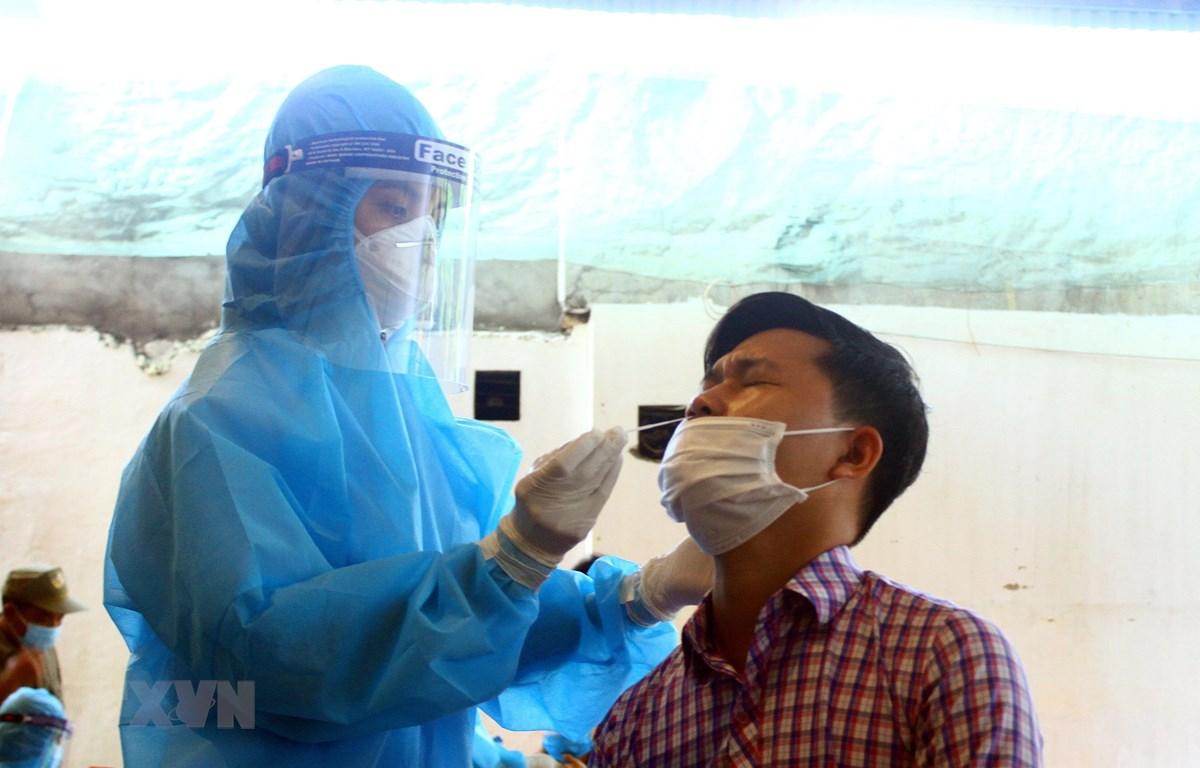 Cán bộ y tế lấy mẫu xét nghiệm cho người dân phường Hà Huy Tập, thành phố Vinh, tỉnh Nghệ An. (Ảnh: Tá Chuyên/TTXVN)