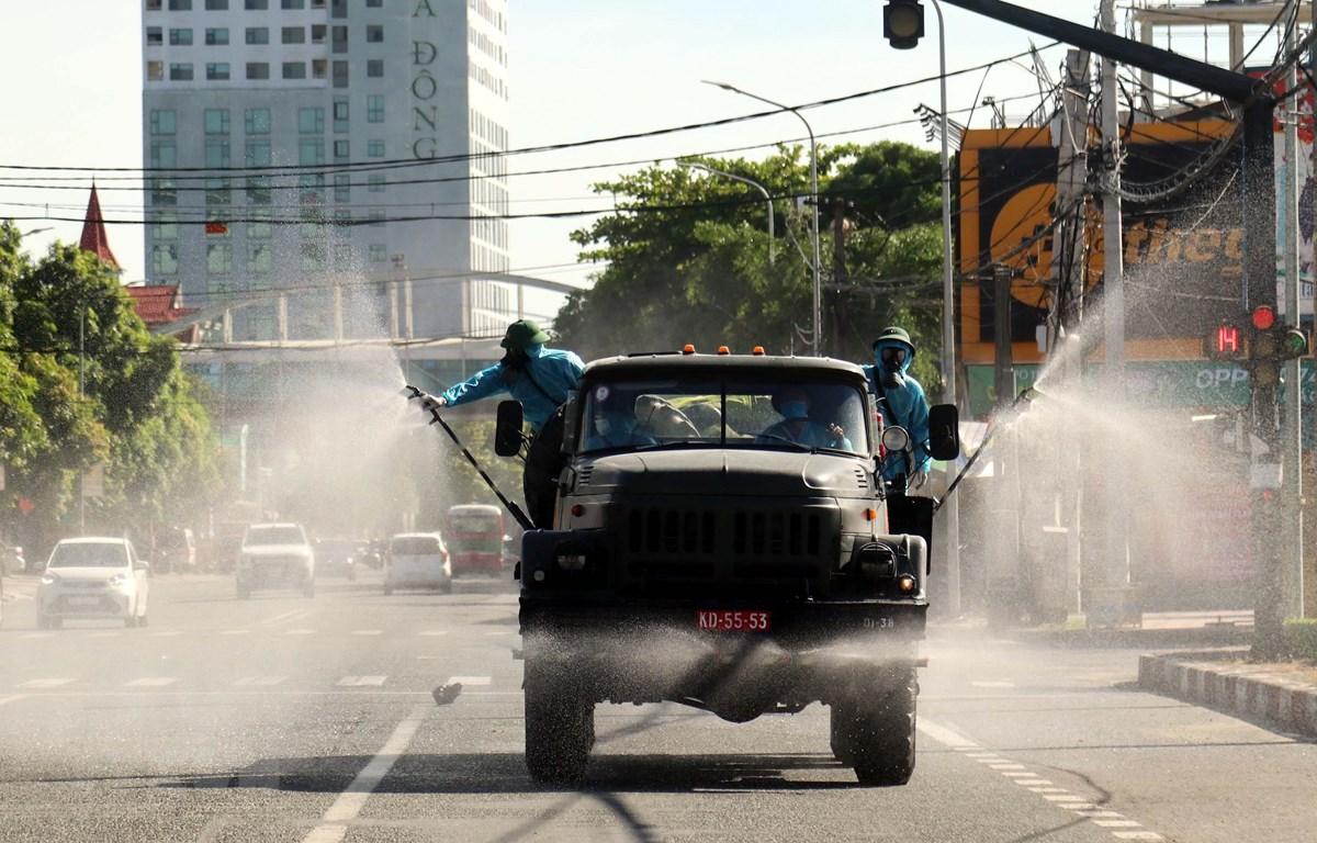 Xe chuyên dụng phun hóa chất khử khuẩn. (Ảnh: Tá Chuyên/TTXVN)