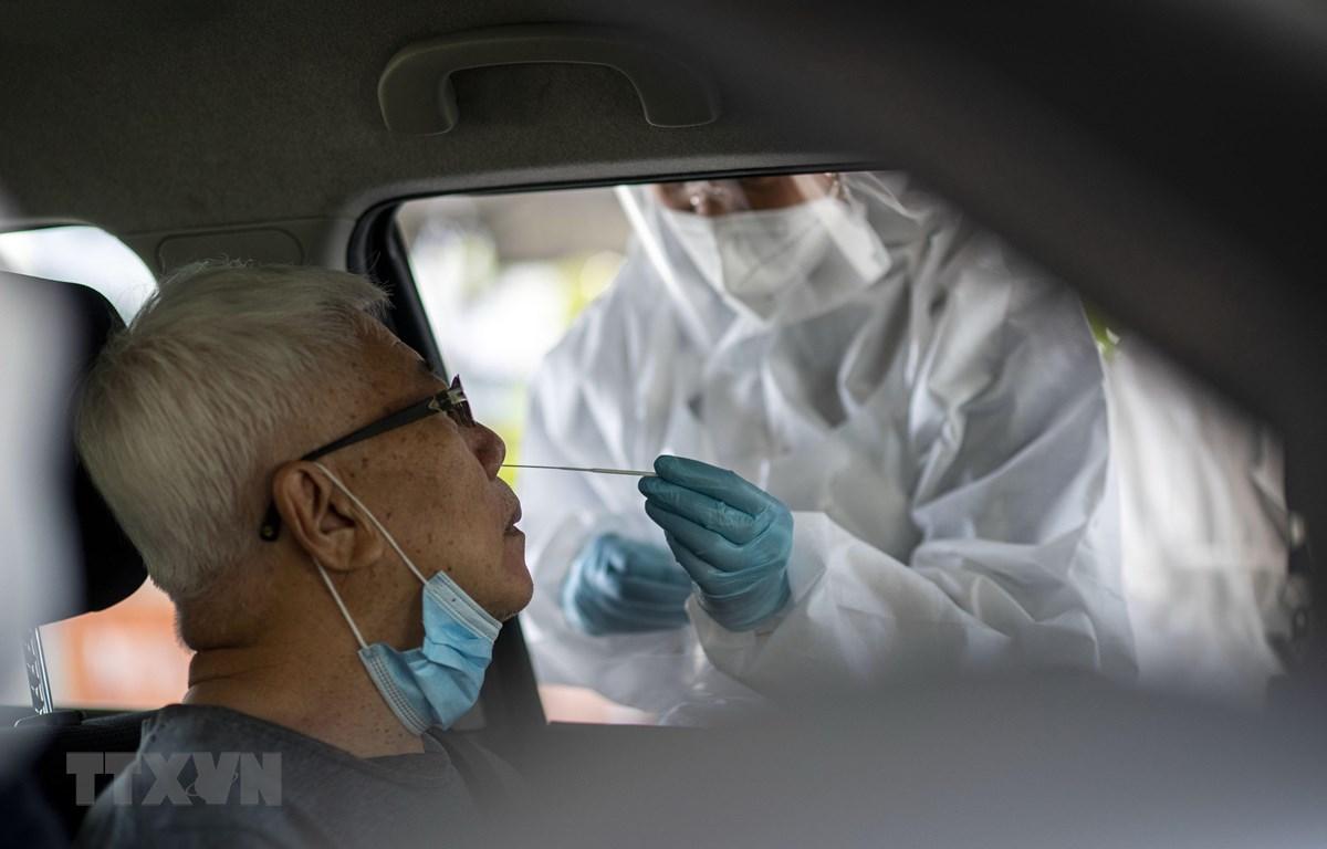 Nhân viên y tế lấy mẫu xét nghiệm COVID-19 tại Klang, bang Selangor, Malaysia. (Ảnh: THX/TTXVN)