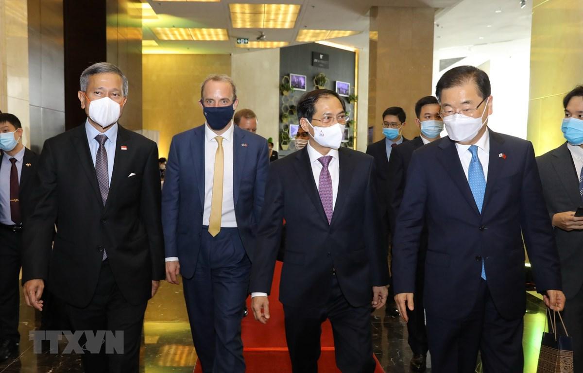 Bộ trưởng Bộ Ngoại giao Bùi Thanh Sơn (thứ hai bên phải), Bộ trưởng Ngoại giao Singapore Vivian Balakrishnan (ngoài cùng bến trái), Bộ trưởng Ngoại giao Hàn Quốc Chung Eui Yong (ngoài cùng bên phải) và Bộ trưởng Bộ Ngoại giao và Phát triển Vương quốc Anh