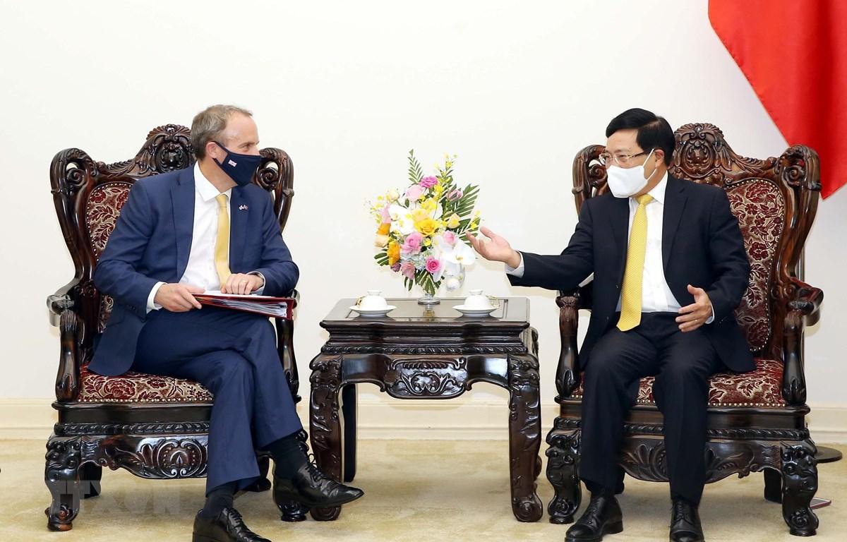Phó Thủ tướng Chính phủ Phạm Bình Minh tiếp Bộ trưởng thứ nhất, Bộ trưởng Bộ Ngoại giao và Phát triển Liên hiệp Vương quốc Anh và Bắc Ireland Dominic Raab. (Ảnh: Phạm Kiên/TTXVN)
