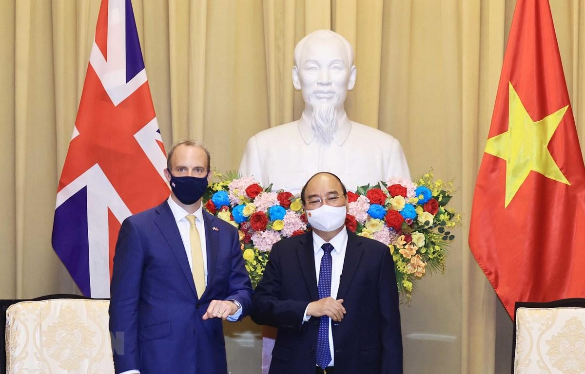 Chủ tịch nước Nguyễn Xuân Phúc và Bộ trưởng thứ nhất, Bộ trưởng Bộ Ngoại giao và Phát triển Liên hiệp Vương quốc Anh và Bắc Ireland Dominic Raab tại buổi tiếp. (Ảnh: Thống Nhất/TTXVN)