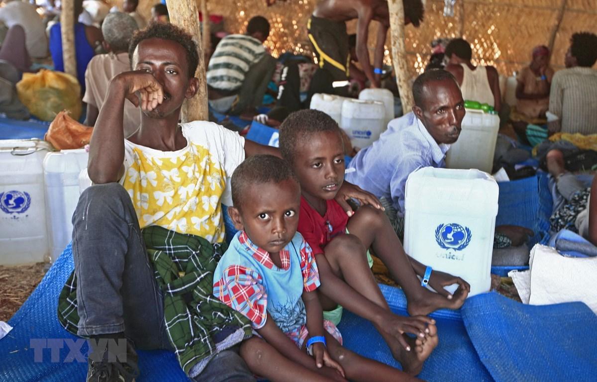 Người dân Ethiopia chạy trốn khỏi cuộc xung đột ở khu vực Tigray lánh nạn tại trại tị nạn Um Raquba, Đông Sudan. (Ảnh: AFP/TTXVN)