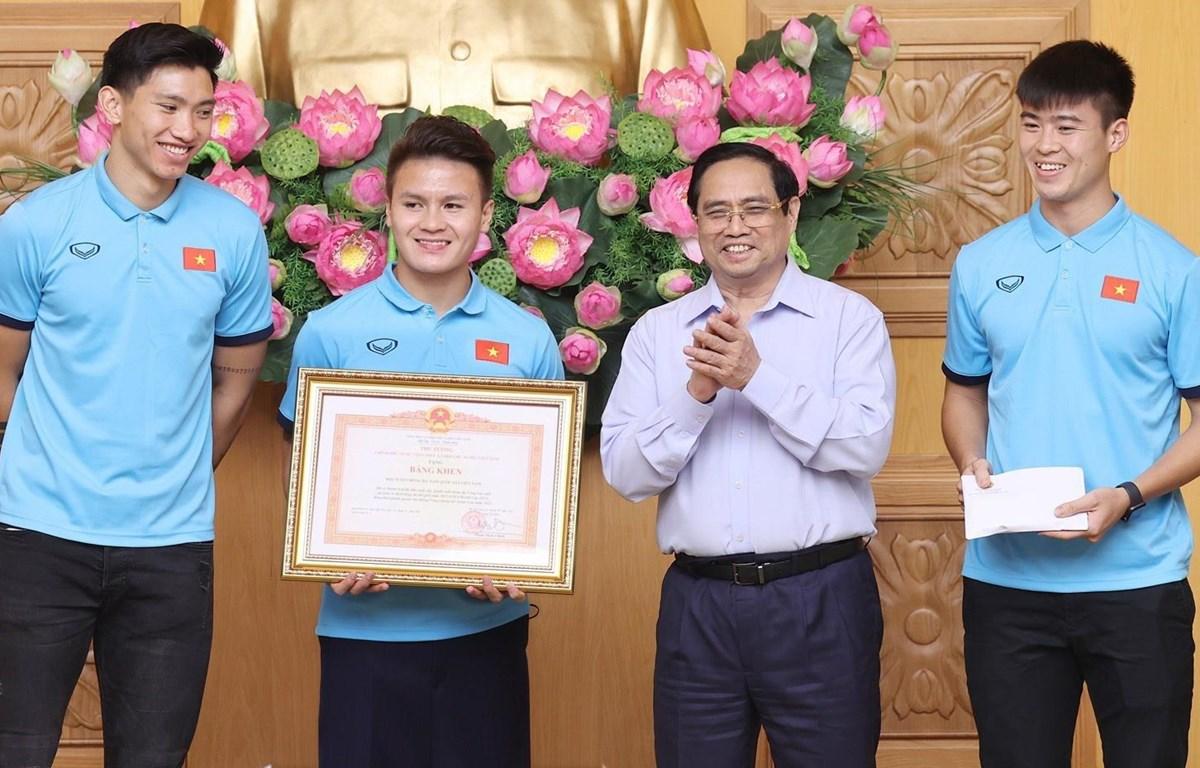 Thủ tướng Phạm Minh Chính tặng Bằng khen cho Đội tuyển bóng đá nam vì có thành tích xuất sắc. (Ảnh: Dương Giang/TTXVN)