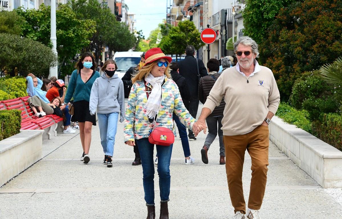 Người dân di dạo tại Arcachon, tây nam nước Pháp. (Ảnh: AFP/TTXVN)