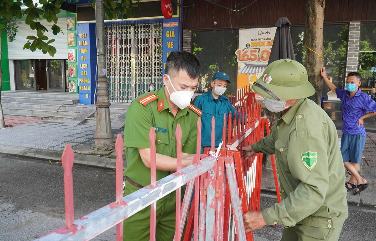 Lực lượng chức năng lập chốt kiểm soát dịch bệnh COVID-19 tại Bắc Ninh. (Ảnh: Thanh Thương/TTXVN)