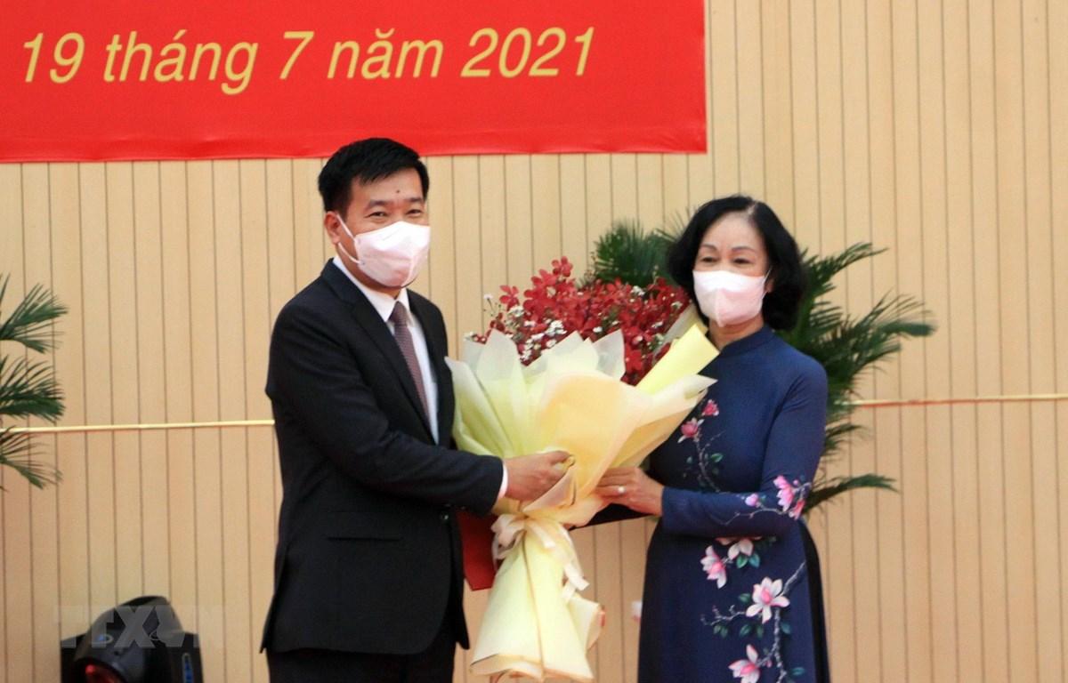Đồng chí Trương Thị Mai, Ủy viên Bộ Chính trị, Bí thư Trung ương Đảng, Trưởng Ban Tổ chức Trung ương tặng hoa chúc mừng ông Nguyễn Mạnh Cường. (Ảnh: Sỹ Tuyên/TTXVN)