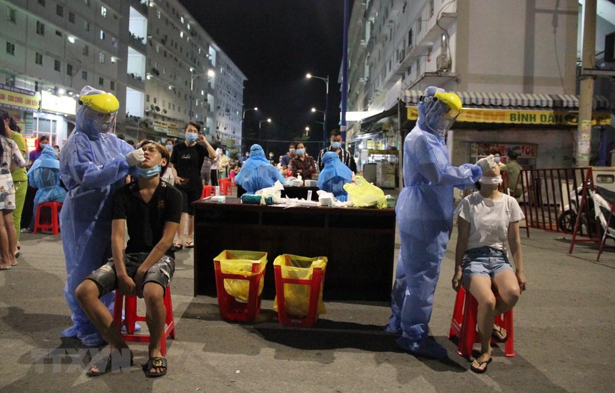 Thành phố Thủ Dầu Một triển khai mở rộng lấy mẫu xét nghiệm cho người dân toàn. (Ảnh: Văn Hướng/TTXVN)