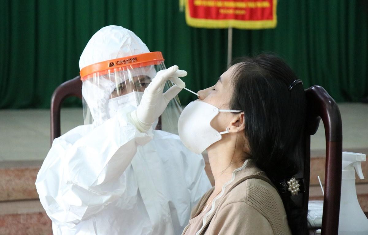 Lấy mẫu xét nghiệm SARS-CoV-2. (Ảnh: Tuấn Anh/TTXVN)