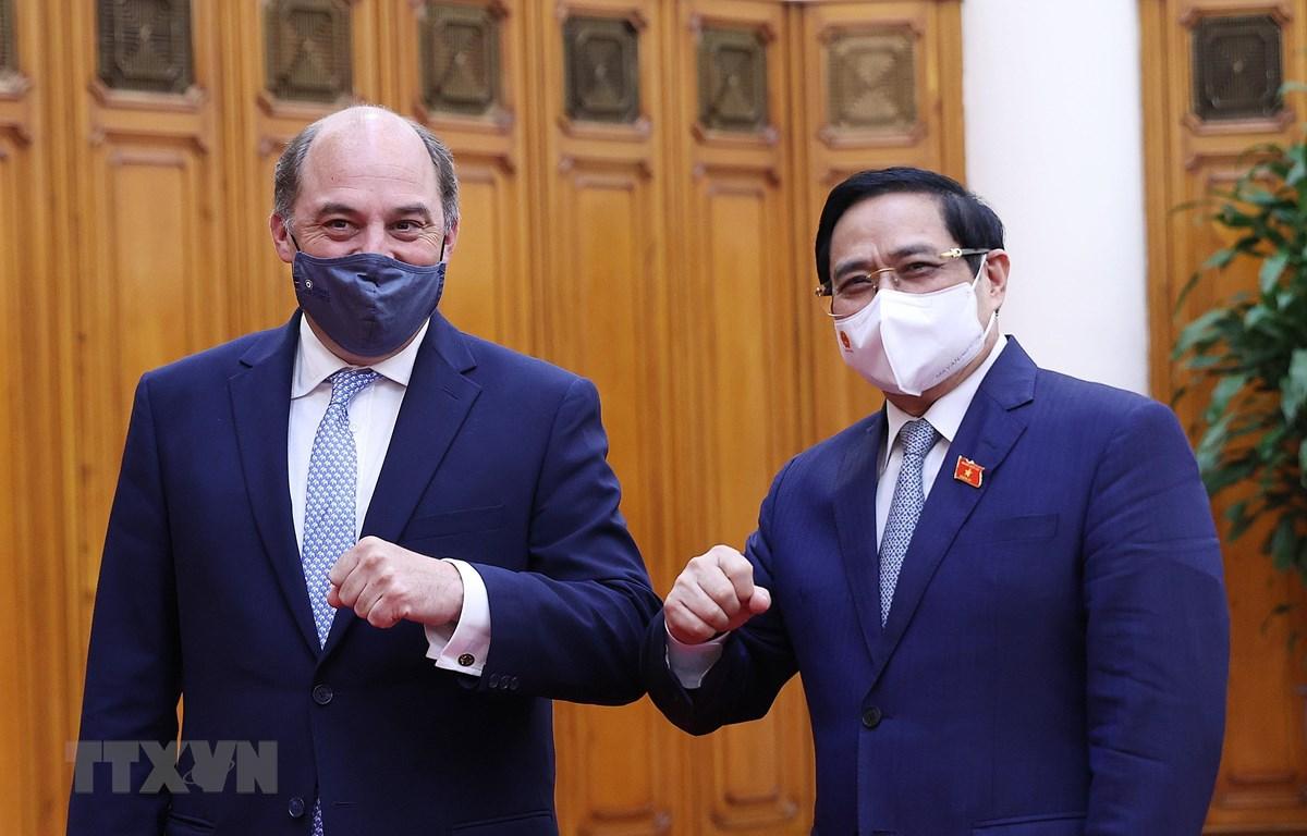 Thủ tướng Phạm Minh Chính và Bộ trưởng Quốc phòng Anh Robert Ben Lobban Wallace. (Ảnh: Dương Giang/TTXVN)