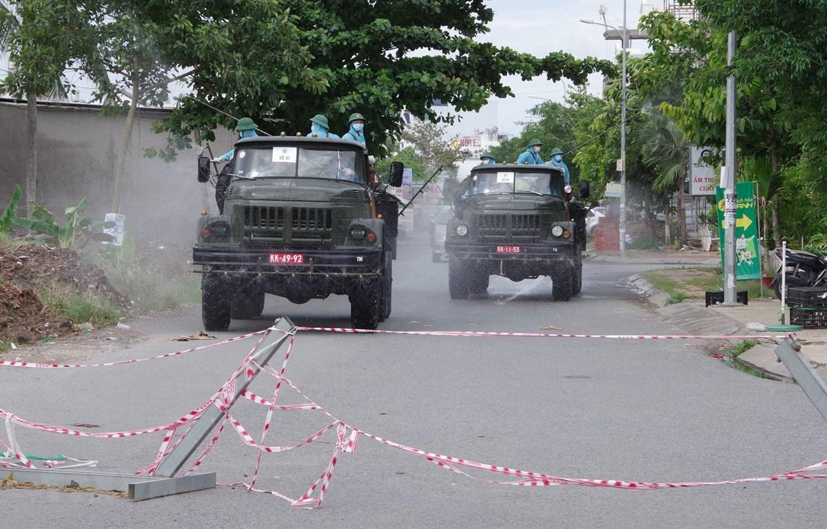 Phun hóa chất trên địa bàn quận Bình Thủy thành phố Cần Thơ. (Ảnh: TTXVN phát)