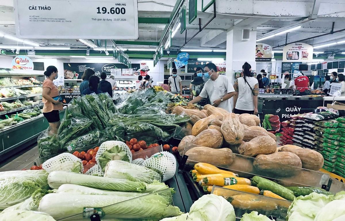 Người dân mua sắm tại siêu thị Vinmart trên phố Võ Thị Sáu, quận Hai Bà Trưng, Hà Nội. (Ảnh: Trần Việt/TTXVN)