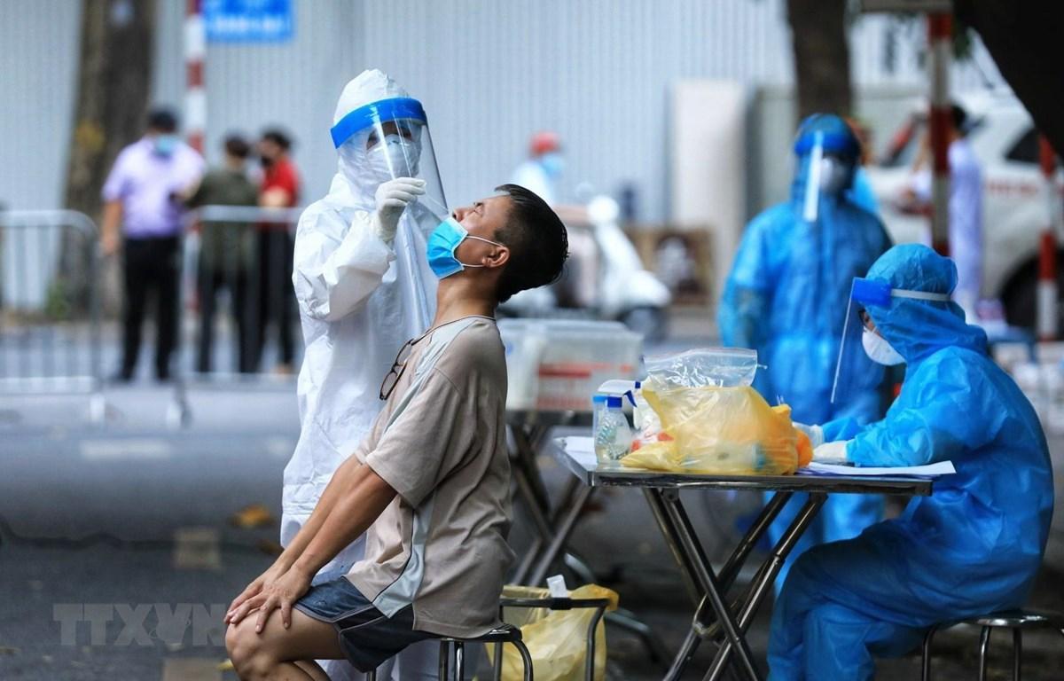 Lực lượng y tế lấy mẫu xét nghiệm SARS-CoV-2. (Ảnh: Thành Đạt/TTXVN)