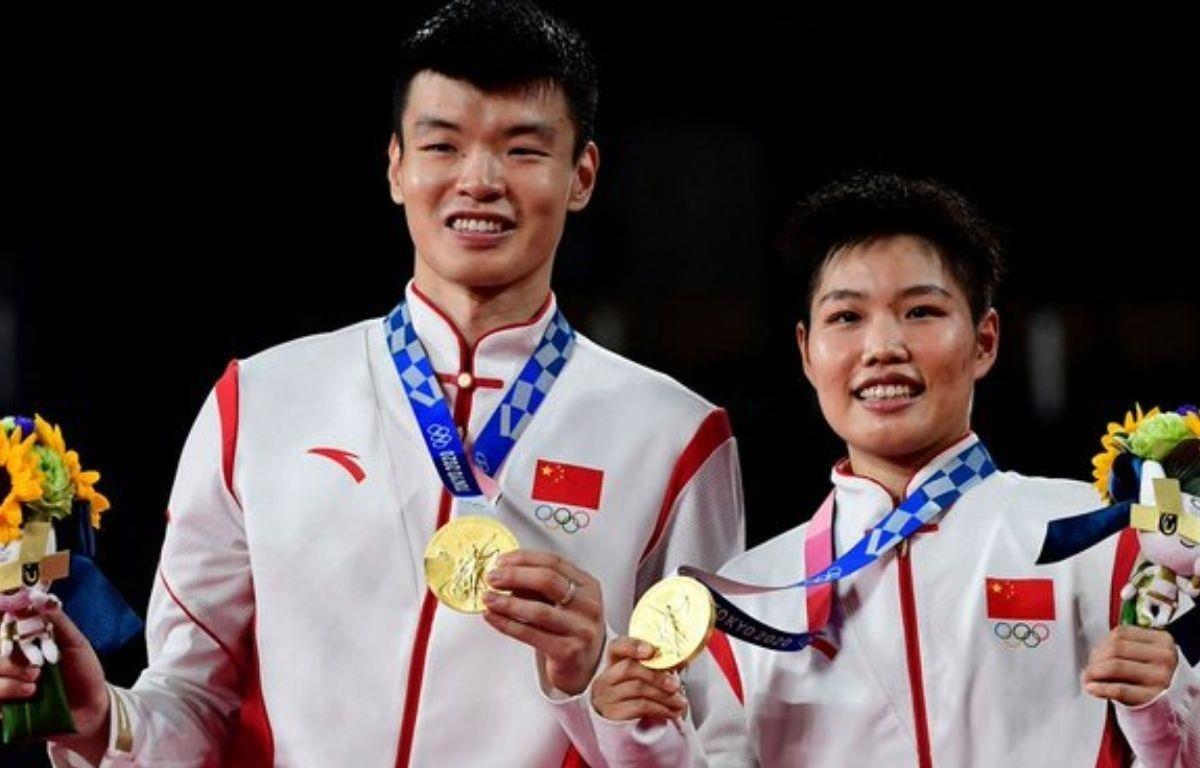 Cặp Wang Yilyu và Huang Dongpin của Trung Quốc giành huy chương Vàng môn Cầu lông. (Nguồn: Twitter)