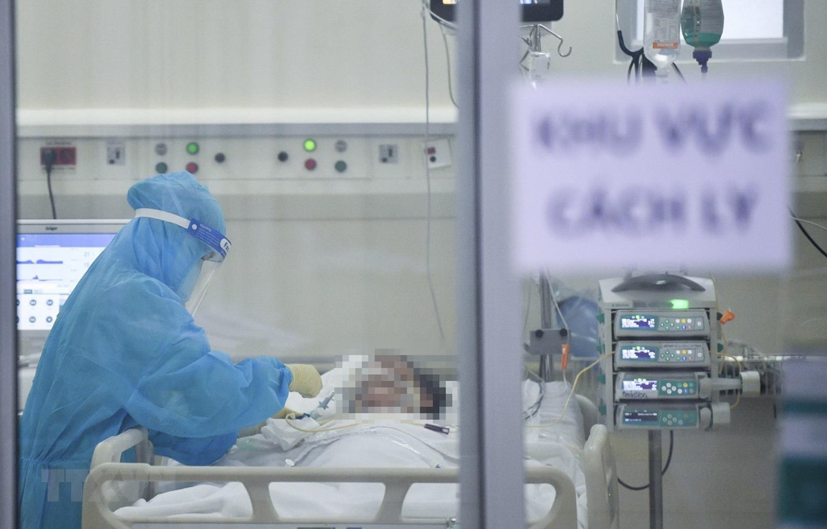 Điều dưỡng Bệnh viện FV chăm sóc người bệnh nghi mắc COVID-19 tại khu vực cách ly. (Ảnh: TTXVN phát)