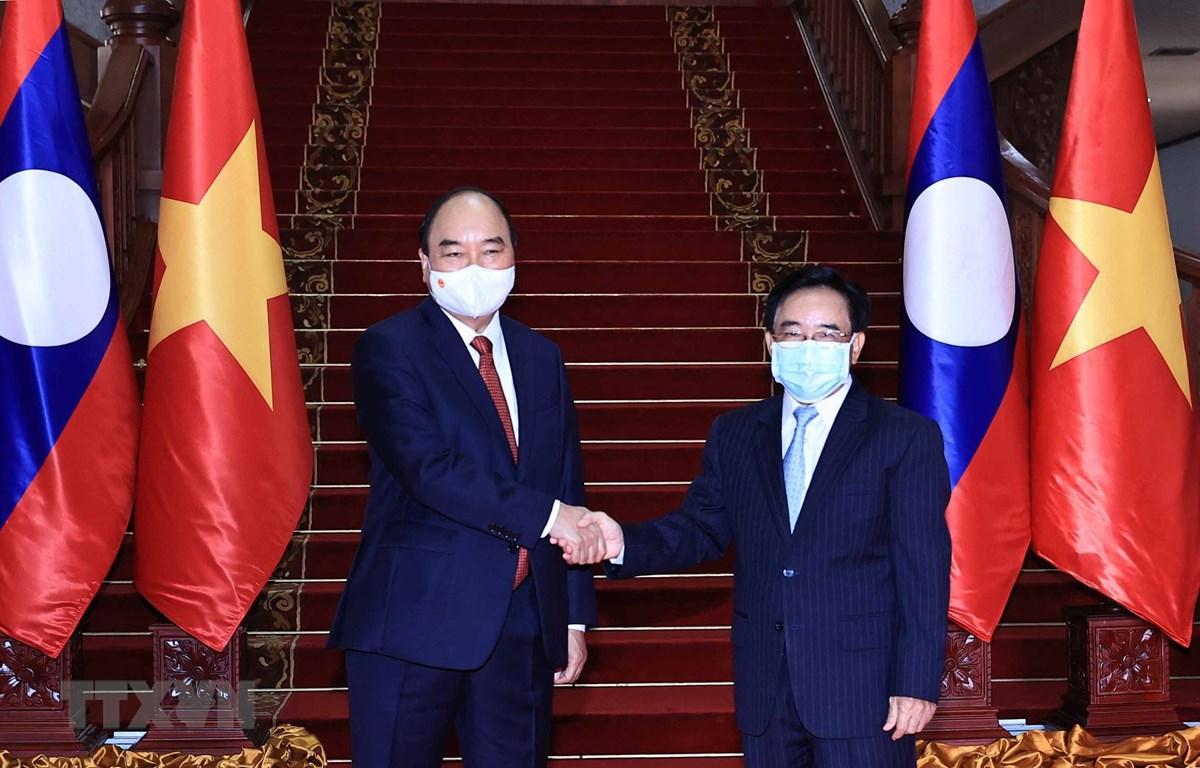 Chủ tịch nước Nguyễn Xuân Phúc hội kiến Thủ tướng Lào Phankham Viphavanh. (Ảnh: Thống Nhất/TTXVN)