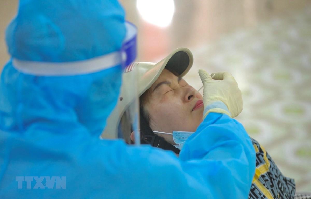 Nhân viên y tế huyện Thanh Trì (hà Nội) lấy mẫu xét nghiệm COVID-19 cho người dân. (Ảnh: Minh Quyết/TTXVN)