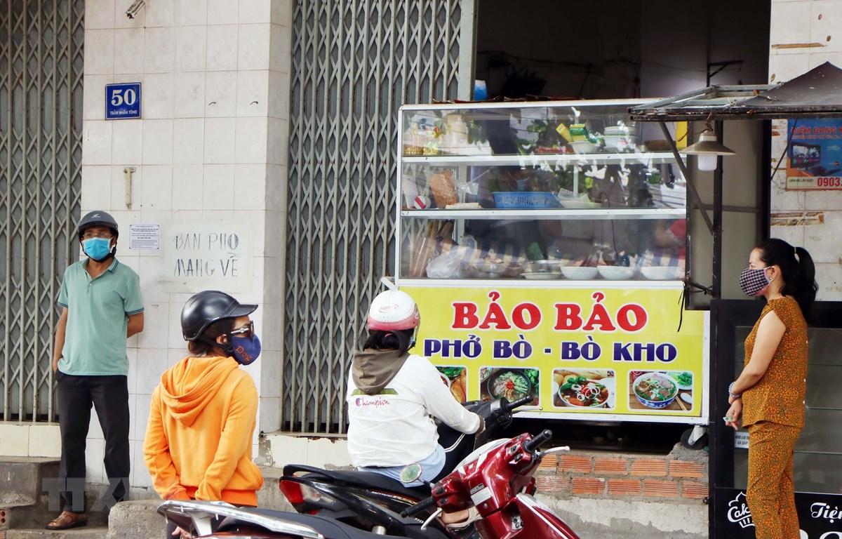 Các điểm bán đồ ăn tại thành phố Phan Rang-Tháp Chàm hoạt động trở lại theo hình thức bán mang về, đảm bảo theo quy định phòng, chống dịch. (Ảnh: Công Thử/TTXVN)