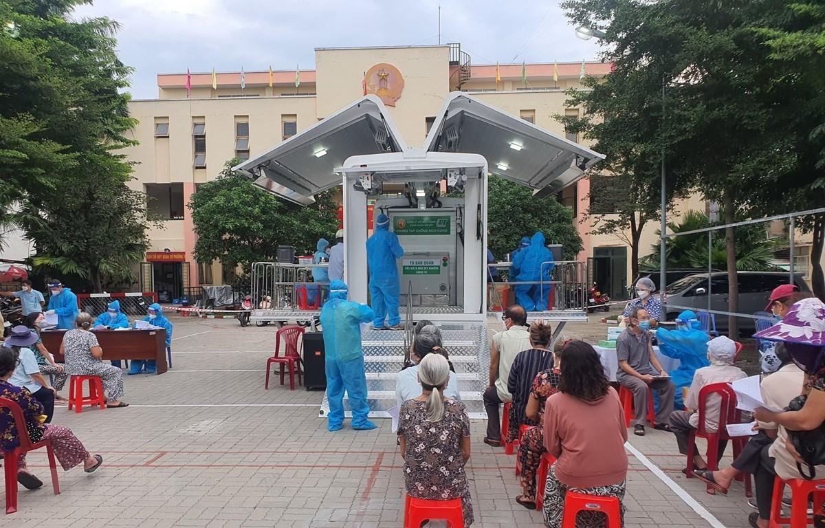 Xe lưu động đặt tại điểm tiêm chủng phục vụ cho người dân Thành phố Hồ Chí Minh trên 65 tuổi. (Ảnh: Thu Hương/TTXVN)