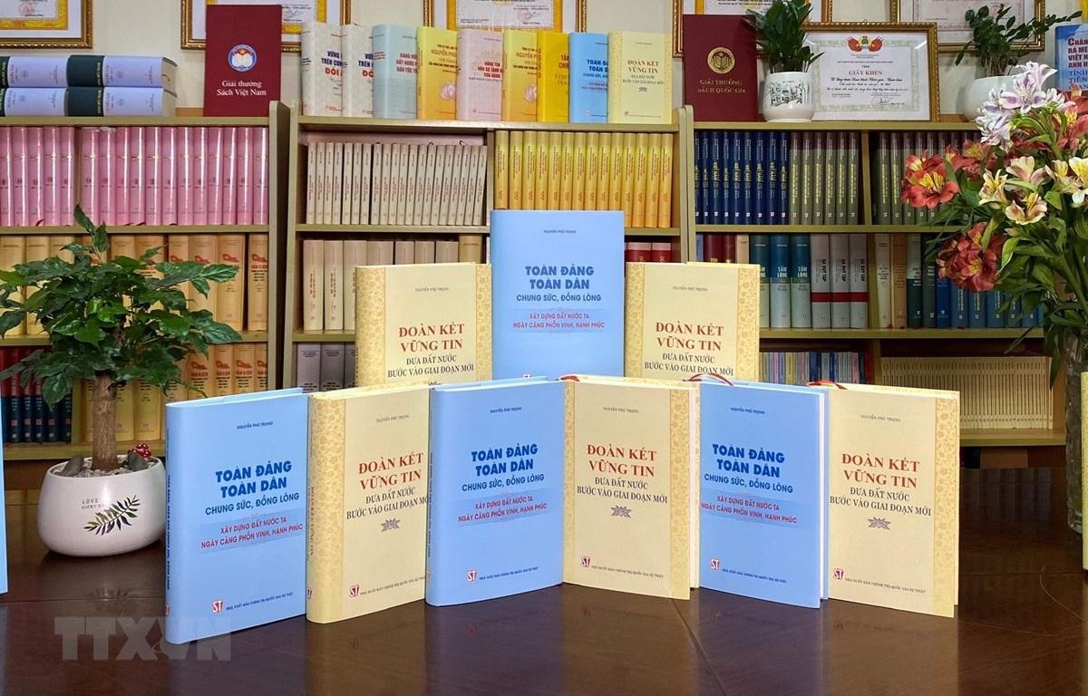Nhà xuất bản Chính trị quốc gia Sự thật giới thiệu hai cuốn sách của Tổng Bí thư Nguyễn Phú Trọng. (Ảnh: TTXVN/phát)