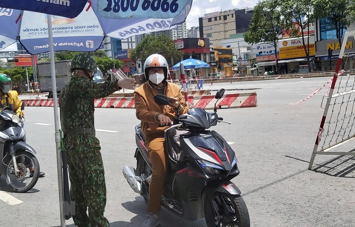 Bộ đội biên phòng tại chốt Điện Biên Phủ - Nguyễn Văn Thương, quận Bình Thạnh. (Ảnh: Hồng Nhung/TTXVN)