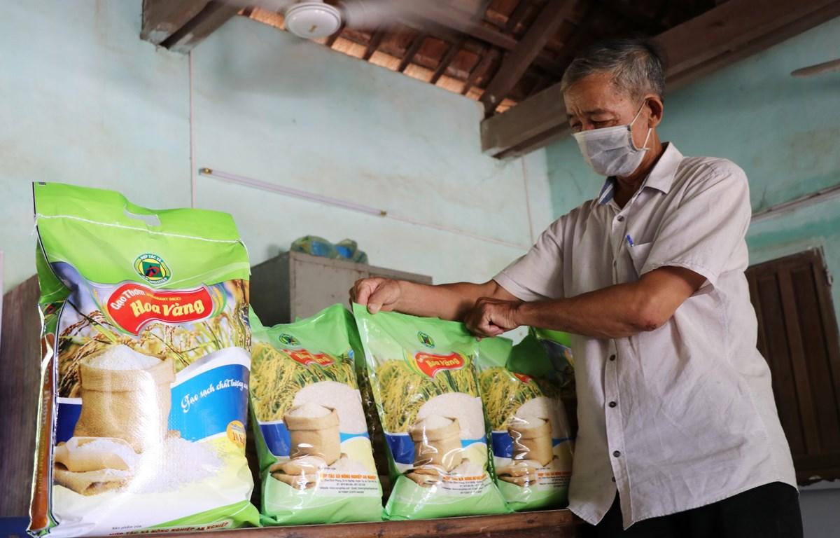 Gạo thơm Hoa Vàng, sản phẩm gạo có thương hiệu đầu tiên ở tỉnh Phú Yên, địa phương được mệnh danh là vựa lúa miền Trung. (Ảnh: Phạm Cường/TTXVN)