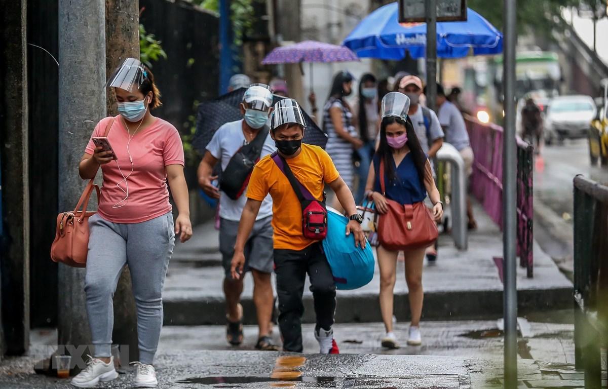 Người dân đeo khẩu trang phòng dịch COVID-19 tại thành phố Quezon, Philippines. (Ảnh: THX/TTXVN)