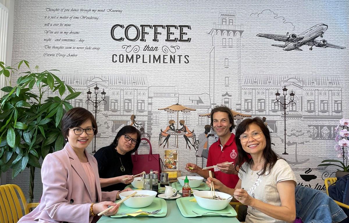 Thực khách thưởng thức món phở tại Pho Sure. (Ảnh: Hương Giang/Vietnam+)