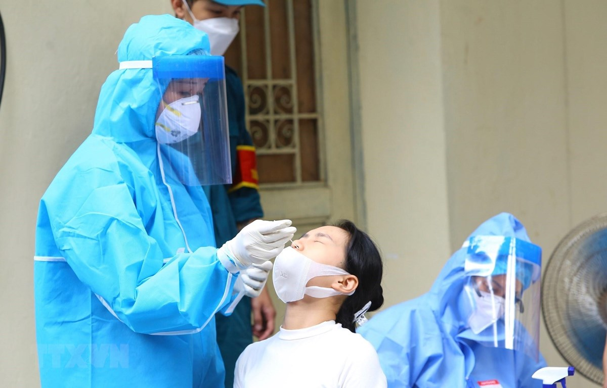 Người dân được lấy mẫu xét nghiệm sàng lọc SARS-CoV-2 trên phố Quán Sứ sáng 3/10. (Ảnh: Hoàng Hiếu/TTXVN)