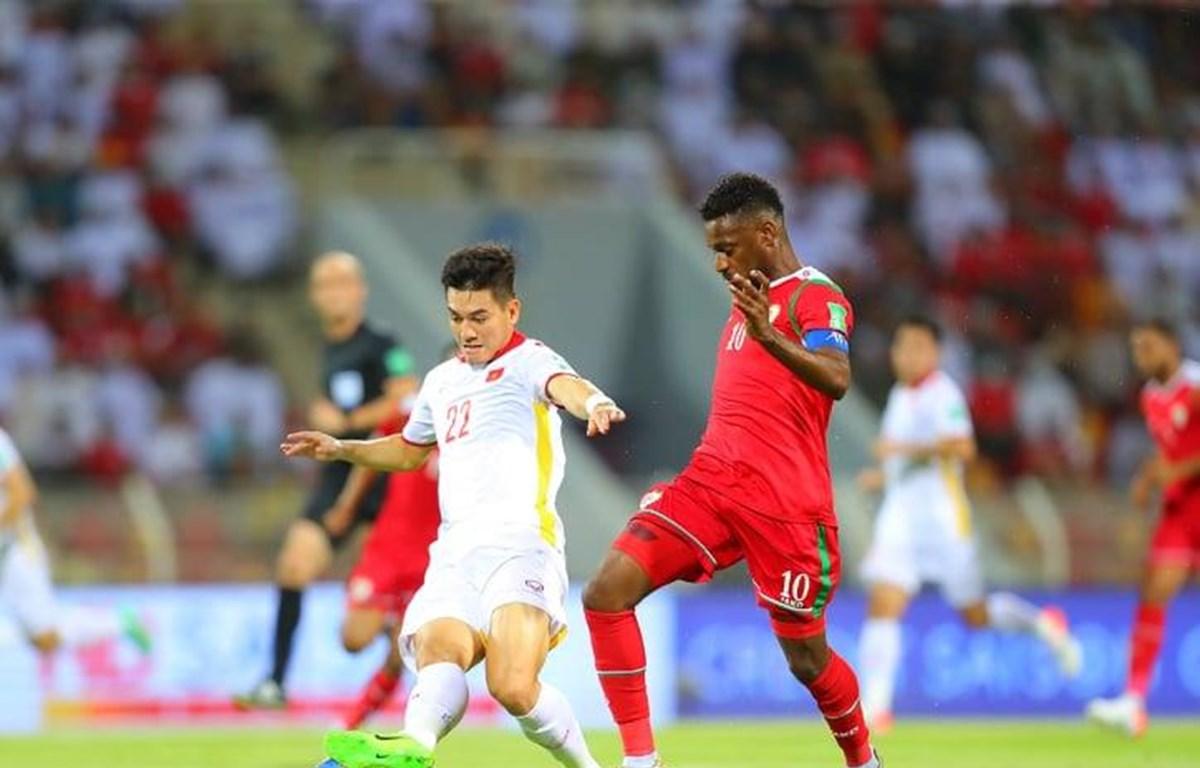 Tuyển Việt Nam (áo trắng) thua ngược trước Oman. (Nguồn: VFF)