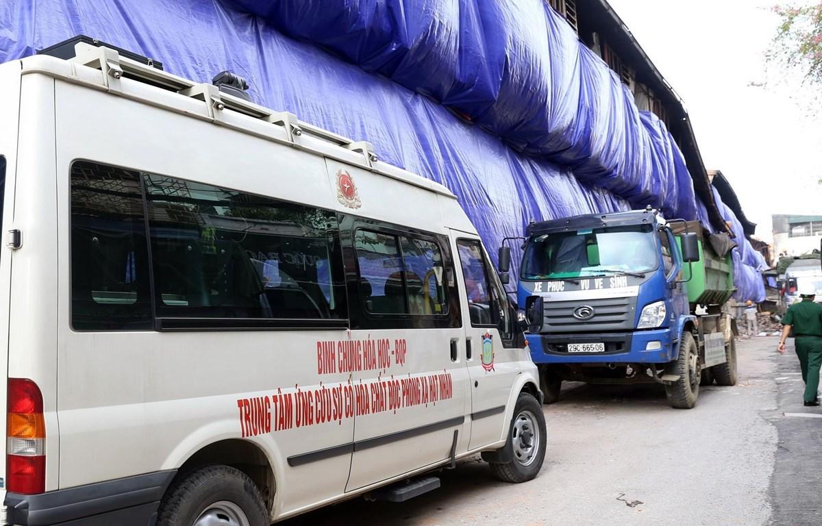 Xe xử lý môi trường của các cơ quan chức năng tại khu vực xảy ra đám cháy tại Công ty Rạng Đông. (Ảnh: Huy Hùng - TTXVN)