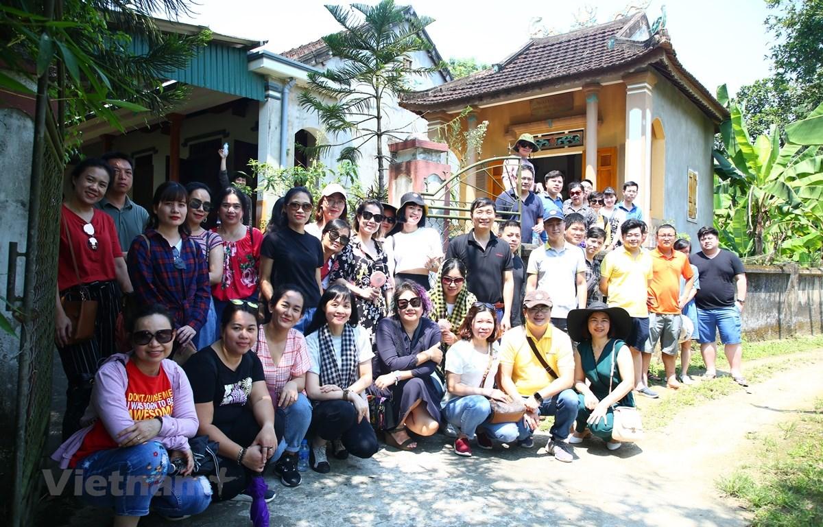 Tập thể ban lãnh đạo và cán bộ, phóng viên, biên tập viên Báo điện tử VietnamPlus chụp ảnh lưu niệm trước Nhà tưởng niệm nhà báo liệt sỹ Trần Kim Xuyến. (Ảnh: Nguyên An/Vietnam+)