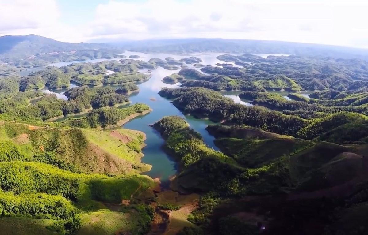 """Hồ Tà Đùng với hàng trăm """"đảo"""" lớn nhỏ, vốn được mệnh danh là """"Vịnh Hạ Long"""" của Tây Nguyên. (Ảnh: Hưng Thịnh/TTXVN)"""