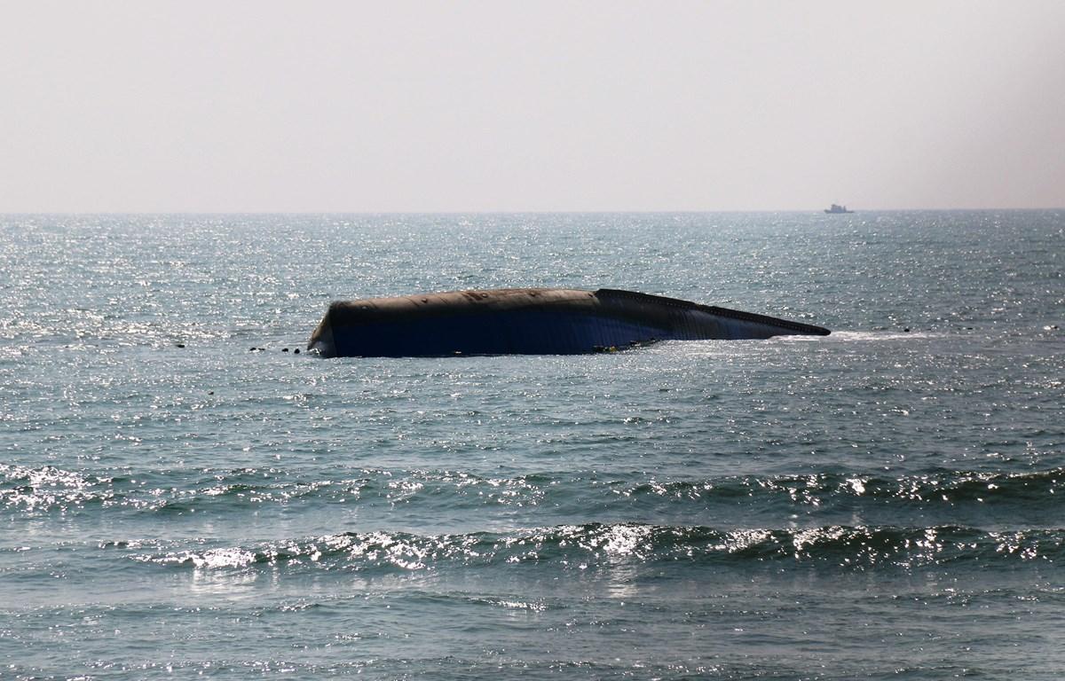 Tàu vận tải Bạch Đằng bị chìm trong vùng biển Mũi Né, tỉnh Bình Thuận. (Ảnh: Nguyễn Thanh/TTXVN)