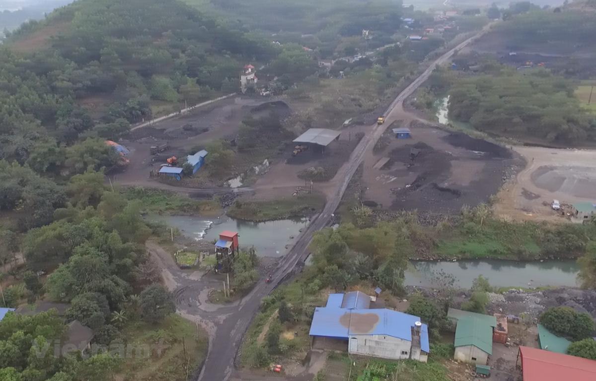 Đường đi vào mỏ than Phấn Mễ. (Ảnh: HV/Vietnam+)