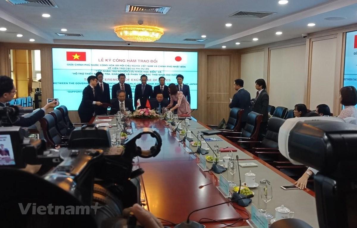 Bộ trưởng Trần Hồng Hà và Đại sứ Đặc mệnh toàn quyền Nhật Bản tại Việt Nam Takio Yamada ký công hàm trao đổi dự án tàu biển và thiết bị quan trắc rác thải nhựa. (Ảnh: Hùng Võ/Vietnam+)