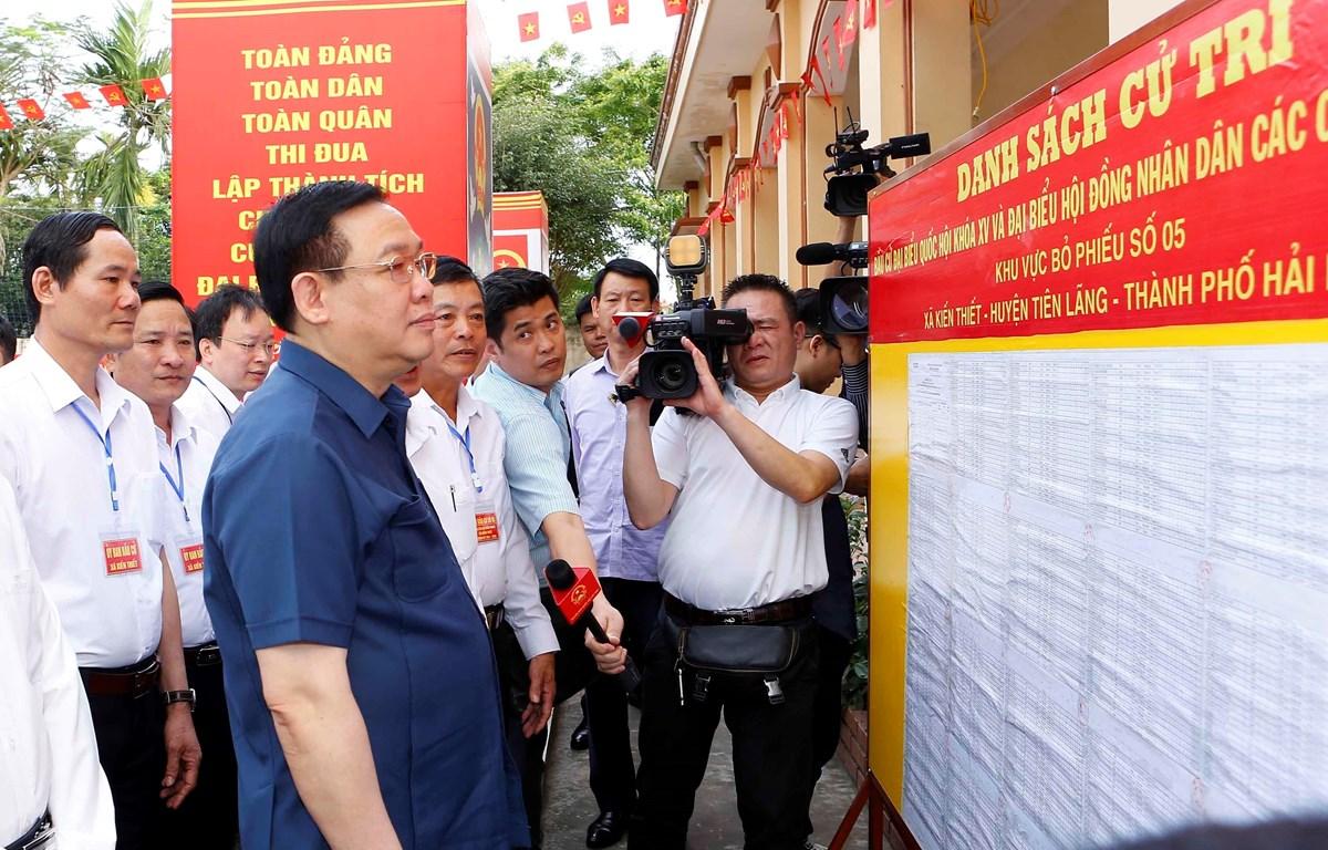Chủ tịch Quốc hội Vương Đình Huệ kiểm tra công tác chuẩn bị bầu cử tại Hải Phòng. (Nguồn ảnh: TTXVN)