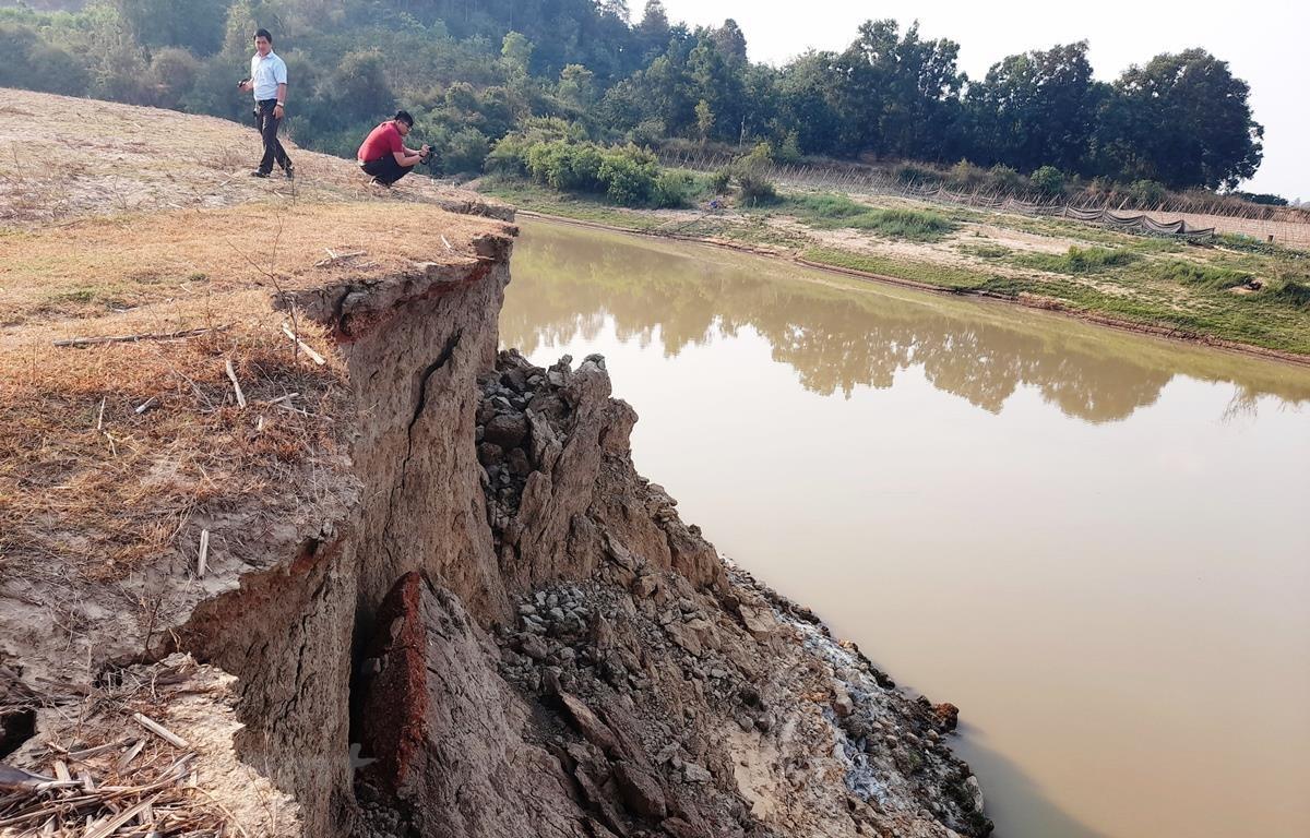 Hoạt động khai thác cát gây sạt lở bờ sông nghiêm trọng tại tỉnh Đắk Lắk. (Ảnh: Hùng Võ/Vietnam+)