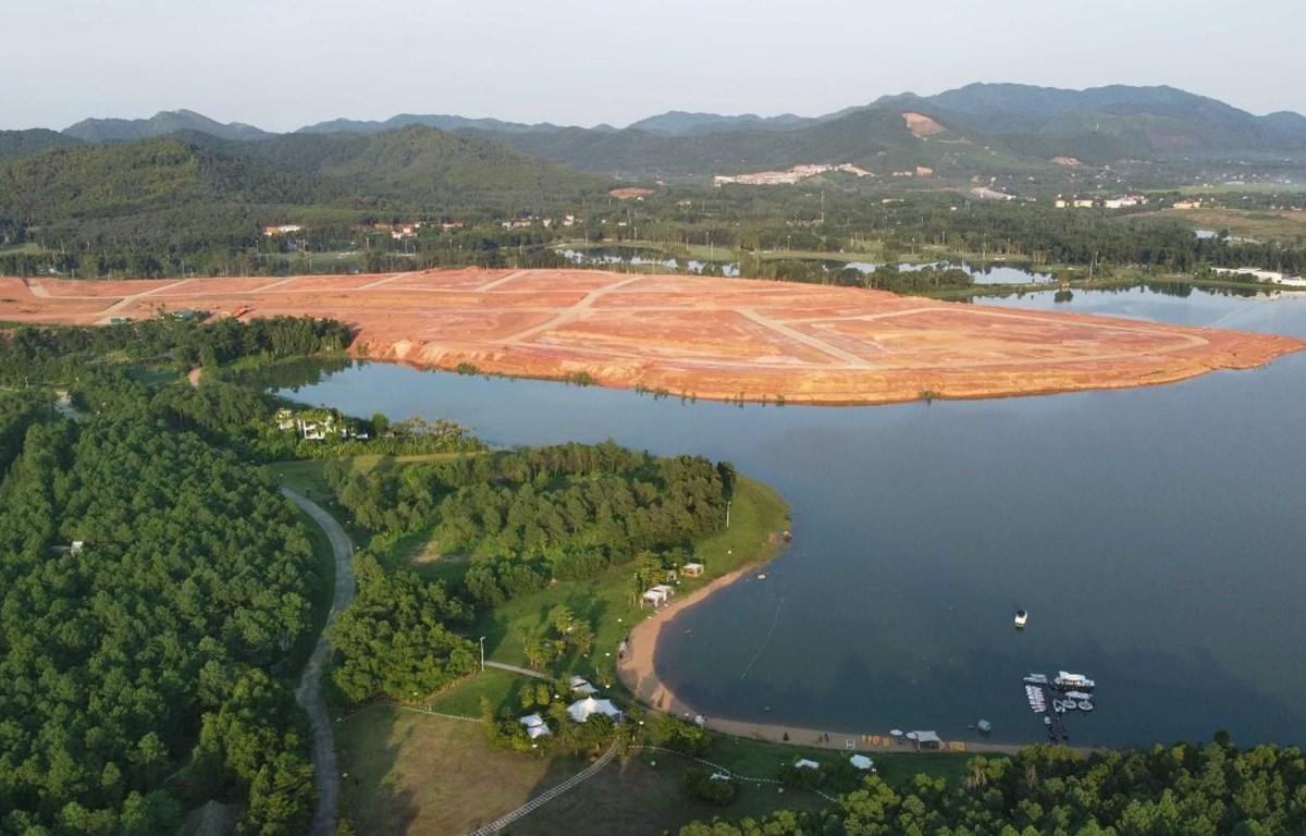 Hiện tượng san nền, đổ đất lấn chiếm lòng hồ Đại Lải xảy ra trong năm 2020. (Ảnh: Hoàng Hùng - TTXVN)