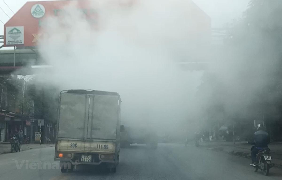Hình ảnh khói, bụi mù mịt trên một đoạn đường ở thành phố Thái Nguyên, chụp năm 2019. (Nguồn: Hùng Võ/Vietnam+)